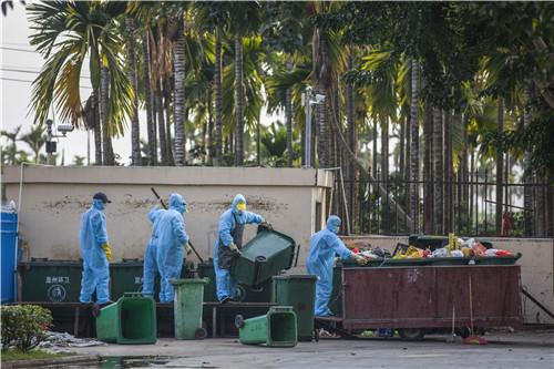 36-《抗疫防控中的三亚南山花园环卫人员》尚野